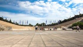 参观Panathenaic体育场的游人在雅典 股票录像