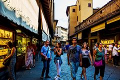 参观Ponte Vecchio的人们在佛罗伦萨 免版税库存图片