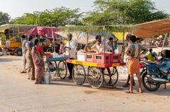 参观Puttaparthi,印度的食物市场人们 库存照片