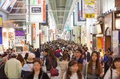 参观Shinsaibashi购物街道的游人在Dotonbori在n 库存照片