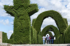 参观Tulcan厄瓜多尔公墓修剪的花园的游人 免版税图库摄影