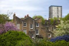参议员住房块在毛刺关闭的东伦敦在Wapping,伦敦,英国 许多人民是冒险丢失他们的家在Lo 免版税库存照片