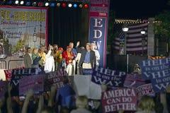参议员和John Kerry挥动从短暂停留凯利返回的快速在美国培训间,袭步, NM夫人 挥动从阶段的约翰・克里在遗产正方形,旗竿, AZ 免版税库存图片