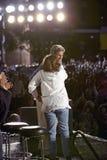 参议员和John Kerry挥动从短暂停留凯利返回的快速在美国培训间,袭步, NM夫人 约翰・克里容忍在遗产正方形,旗竿, AZ的阶段 免版税库存照片