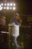 参议员和John Kerry挥动从短暂停留凯利返回的快速在美国培训间,袭步, NM夫人 约翰・克里容忍在遗产正方形,旗竿, AZ的阶段 免版税库存图片
