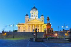 参议院正方形在晚上在赫尔辛基,芬兰 图库摄影