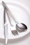 叉子、刀子、匙子和一个空白牌照 免版税库存图片