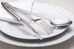叉子、刀子、匙子和一个空白牌照 库存照片