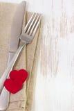 叉子、刀子和餐巾 免版税库存图片