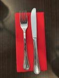 叉子、刀子和餐巾 免版税库存照片