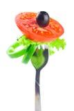 叉子、黑橄榄、莴苣、蕃茄和胡椒 免版税库存照片