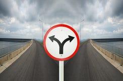 叉子与spliting在双向的交叉路的连接点标志 免版税库存图片