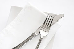 叉子刀子餐巾设置表白色 免版税库存图片
