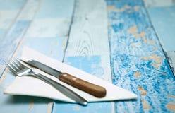 叉子和一把刀子在餐巾 免版税图库摄影