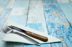 叉子和一把刀子在餐巾 免版税库存照片