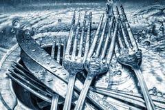 叉子和刀子在厨房水槽洗涤了 免版税库存图片