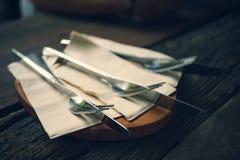 叉子和刀子集合东方木桌 免版税图库摄影