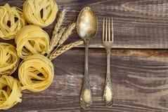 叉子和匙子有面团和麦子的耳朵的 免版税图库摄影
