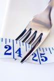 叉子和显示24英寸的卷尺 库存照片