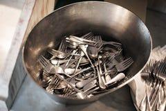 叉子和桌匙子在水池洗涤了 免版税库存照片