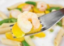 叉子用虾和夏南瓜 免版税库存照片