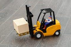 叉架起货车和司机玩具 免版税库存照片