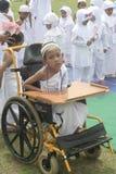 及早学会残疾儿童和崇拜麦加朝圣的孩子 图库摄影