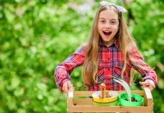 及早检查庭院每日斑点昆虫麻烦 从事园艺的类 生态教育 种植植物的女孩 ? 免版税库存照片