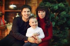 友好和快乐的家庭圣诞节的画象 免版税库存图片
