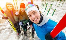 友好和快乐的小组滑雪者摆在 库存照片