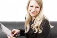 友好女实业家hold´s片剂个人计算机 免版税库存照片