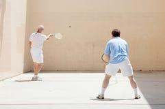 友好比赛短网拍墙球 免版税库存图片