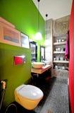 友好的卫生间-绿色墙壁 图库摄影