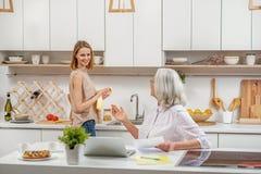 友好的在家谈话母亲和的女儿 免版税库存图片