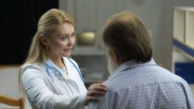 友好的女性医生令人鼓舞不适的患者 股票视频