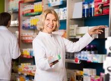 友好的女性药剂师在工作 免版税库存图片