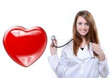 友好的女性医生听的心跳 库存图片