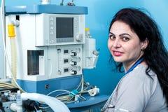 友好的女性麻醉学者画象在手术室 免版税库存照片