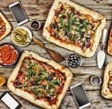 友好的宴餐在家 在一张木桌上的开胃自创薄饼 免版税图库摄影