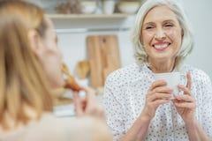 友好的家庭谈话在厨房里 免版税库存图片