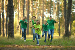 友好的家庭赛跑 免版税库存图片
