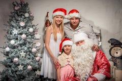 友好的家庭画象在圣诞节晚上 库存照片