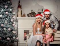 友好的家庭画象在圣诞节晚上 免版税库存照片