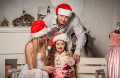 友好的家庭画象在圣诞节晚上 免版税图库摄影