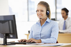 友好的服务代理谈话与顾客在电话中心 免版税库存图片