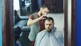 友好的理发师烘干吹风机给客户 影视素材