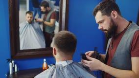 友好的理发师烘干吹风机给客户 股票视频