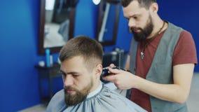 友好的理发师烘干吹风机给客户 股票录像