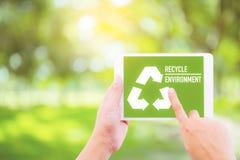 友好的生态回收与握手的片剂的标志标志 免版税库存图片