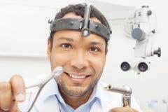 友好的耳鼻喉科医师医生从患者方面 免版税库存图片